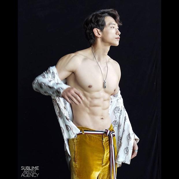 Cái nóng 40 độ cũng không hầm hập như múi bụng của Bi Rain: Ông xã 38 tuổi của chị Kim Tae Hee, bố bỉm sữa 2 con đây ư?-2