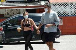 Lady Gaga mặc nội y dạo phố, lộ thân hình kém thon gọn
