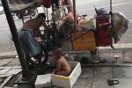 Xót xa bé 18 tháng tuổi trần truồng ngồi trong thùng xốp giữa trưa nắng gay gắt ở Hà Nội