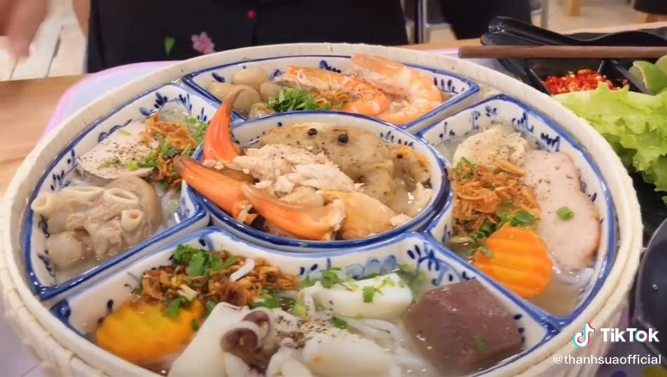 Dân mạng tranh cãi ầm ĩ vì mâm bánh canh hoàng gia tận 390k ở Bình Dương: Thà đi ăn buffet hải sản còn hơn!-1