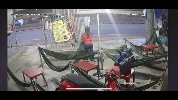 Clip: Thanh niên giả vờ vào uống cafe võng rồi lấy búa phang vào đầu 2 chị em chủ tiệm ở Phan Thiết-1