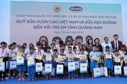 Niềm vui uống sữa đến với trẻ em Quảng Nam trong ngày Tết thiếu nhi