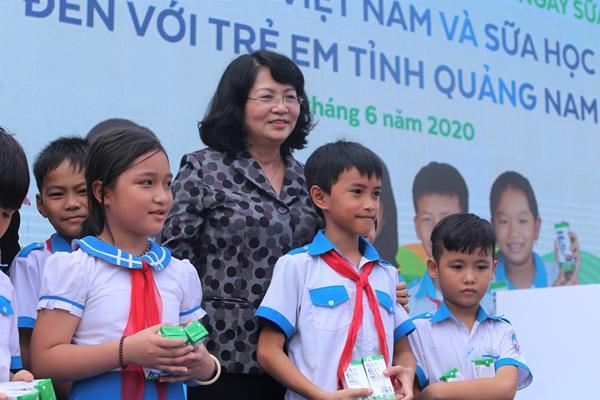 Niềm vui uống sữa đến với trẻ em Quảng Nam trong ngày Tết thiếu nhi-1