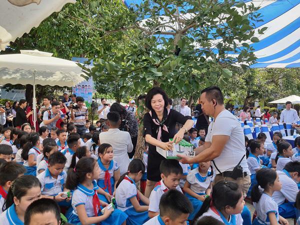 Niềm vui uống sữa đến với trẻ em Quảng Nam trong ngày Tết thiếu nhi-2