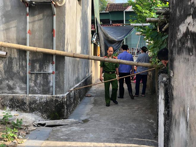 Hoảng hồn phát hiện 2 vợ chồng cùng người bạn nằm tử vong dưới chân cột điện trước nhà-1