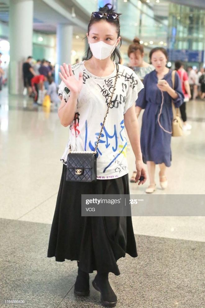 Châu Tấn diện đồ Chanel kém sang, trông như bà già ở sân bay-3
