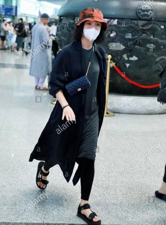 Châu Tấn diện đồ Chanel kém sang, trông như bà già ở sân bay-5