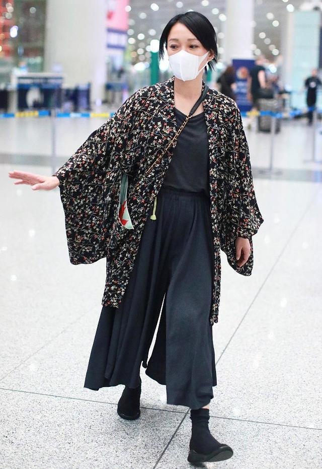 Châu Tấn diện đồ Chanel kém sang, trông như bà già ở sân bay-7