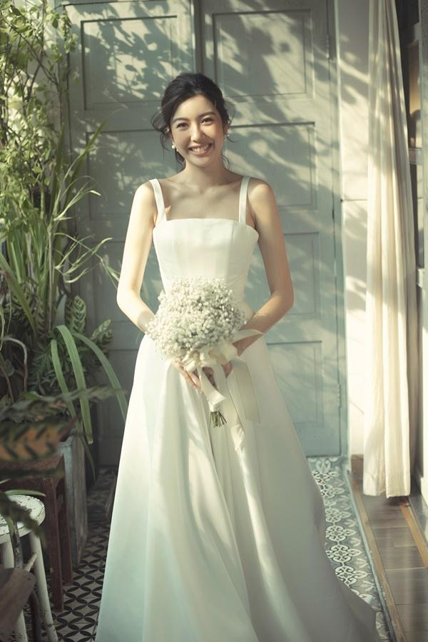 Tưởng chỉ diện mỗi suit như tổng tài, Á hậu Thúy Vân khoe ảnh mặc váy cưới đơn giản nhưng đẹp tinh khôi đây này!-1