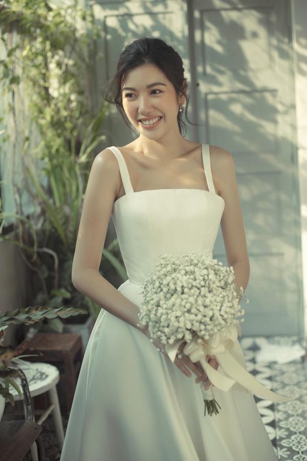 Tưởng chỉ diện mỗi suit như tổng tài, Á hậu Thúy Vân khoe ảnh mặc váy cưới đơn giản nhưng đẹp tinh khôi đây này!-4