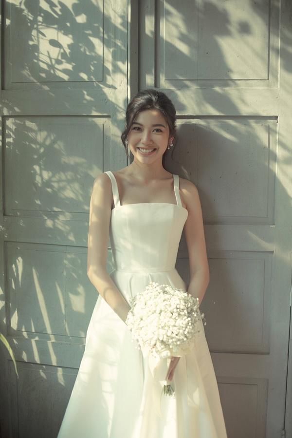 Tưởng chỉ diện mỗi suit như tổng tài, Á hậu Thúy Vân khoe ảnh mặc váy cưới đơn giản nhưng đẹp tinh khôi đây này!-5