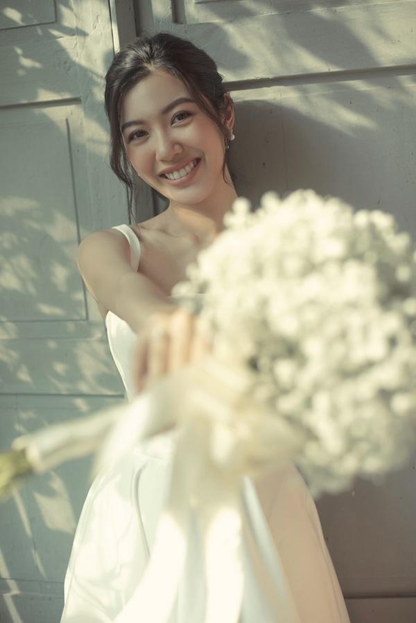 Tưởng chỉ diện mỗi suit như tổng tài, Á hậu Thúy Vân khoe ảnh mặc váy cưới đơn giản nhưng đẹp tinh khôi đây này!-6
