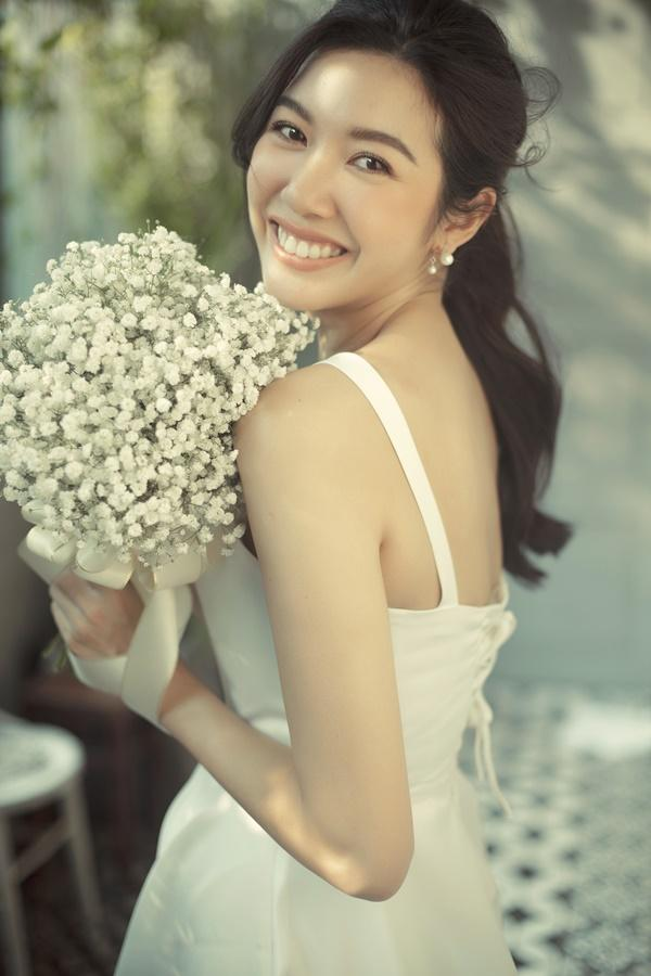 Tưởng chỉ diện mỗi suit như tổng tài, Á hậu Thúy Vân khoe ảnh mặc váy cưới đơn giản nhưng đẹp tinh khôi đây này!-7