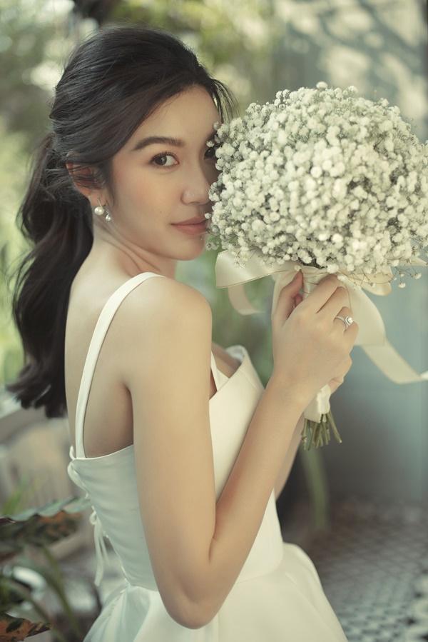 Tưởng chỉ diện mỗi suit như tổng tài, Á hậu Thúy Vân khoe ảnh mặc váy cưới đơn giản nhưng đẹp tinh khôi đây này!-8