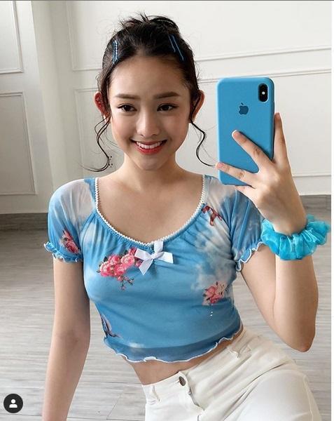Phương Mỹ Chi mang áo dài checkin Thái Lan - Chi Pu lên đồ chất lừ như siêu sao-1