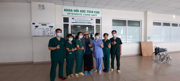 Bác gái bệnh nhân 17 xuất viện về TP.HCM sau gần 3 tháng điều trị Covid-19-2