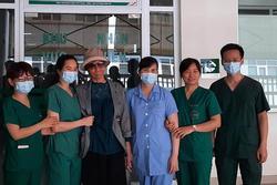 Bác gái bệnh nhân 17 xuất viện về TP.HCM sau gần 3 tháng điều trị Covid-19