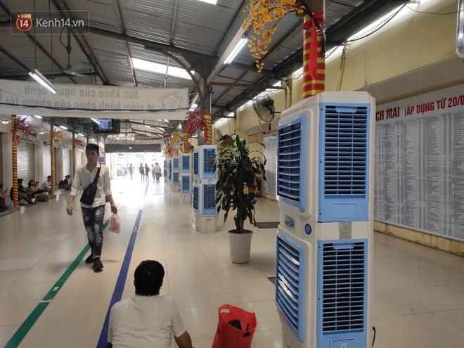 Hà Nội nắng nóng gần 40 độ C, người nhà bệnh nhân vạ vật gần hành lang, dưới bóng cây-8