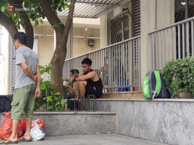 Hà Nội nắng nóng gần 40 độ C, người nhà bệnh nhân vạ vật gần hành lang, dưới bóng cây-16