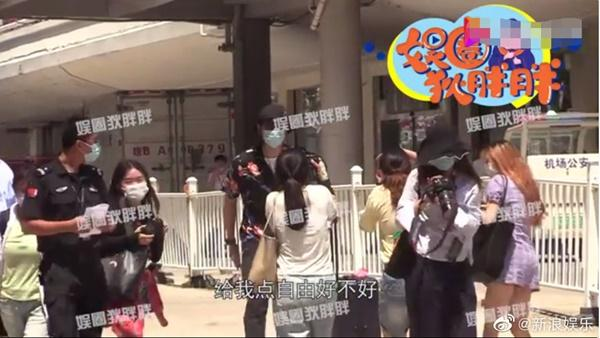 Bị fans bao vây chụp hình, Lý Hiện tức giận chỉ tay mắng mỏ: Cho tôi một chút tự do có được không?-1