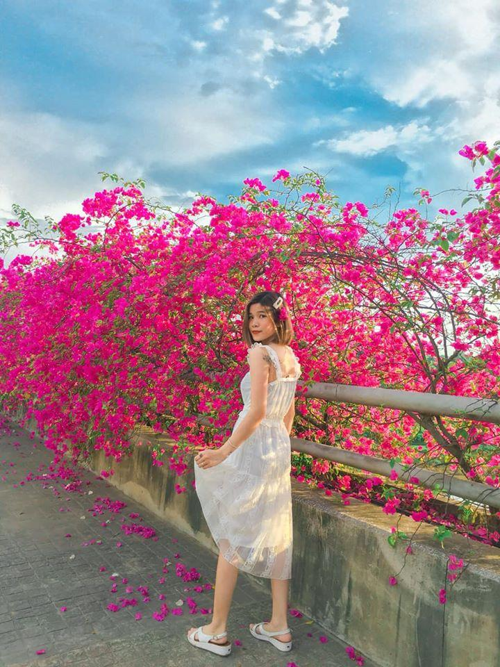 Bạn gái cũ Quang Hải tạo dáng xinh đẹp trên con đường hoa giấy nổi khắp mạng xã hội-5