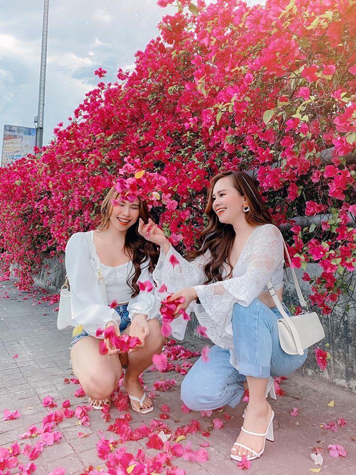 Bạn gái cũ Quang Hải tạo dáng xinh đẹp trên con đường hoa giấy nổi khắp mạng xã hội-8