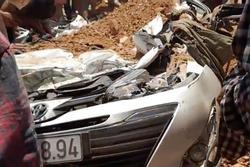 Xe ben lật đè bẹp ô tô chở 4 người, 3 người tử vong