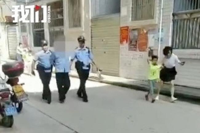 Bảo vệ trường học Trung Quốc bất ngờ dùng dao tấn công điên cuồng khiến 40 người bị thương-1