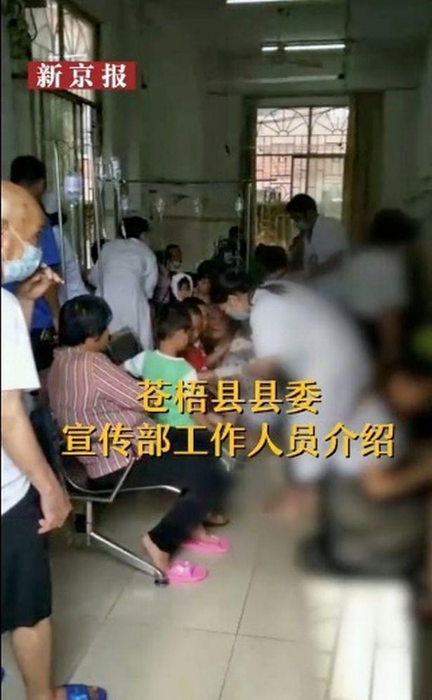 Bảo vệ trường học Trung Quốc bất ngờ dùng dao tấn công điên cuồng khiến 40 người bị thương-4
