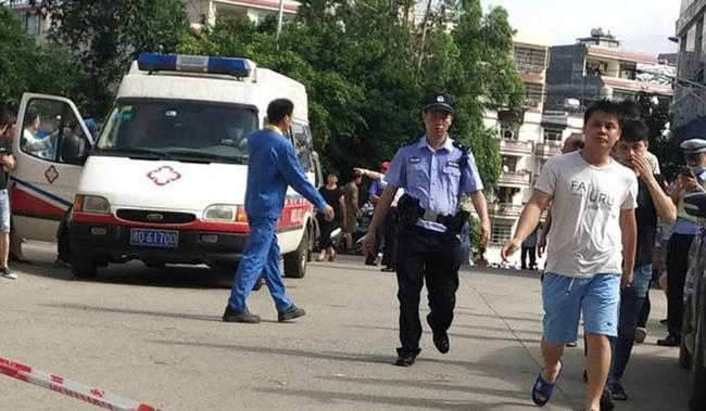 Bảo vệ trường học Trung Quốc bất ngờ dùng dao tấn công điên cuồng khiến 40 người bị thương-5