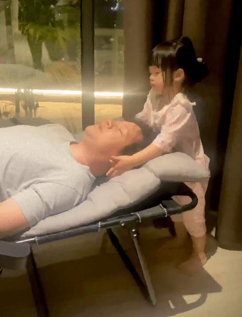 Ái nữ 2 tuổi nhà Đặng Thu Thảo gây sốt với khoảnh khắc mát-xa cho bố-1