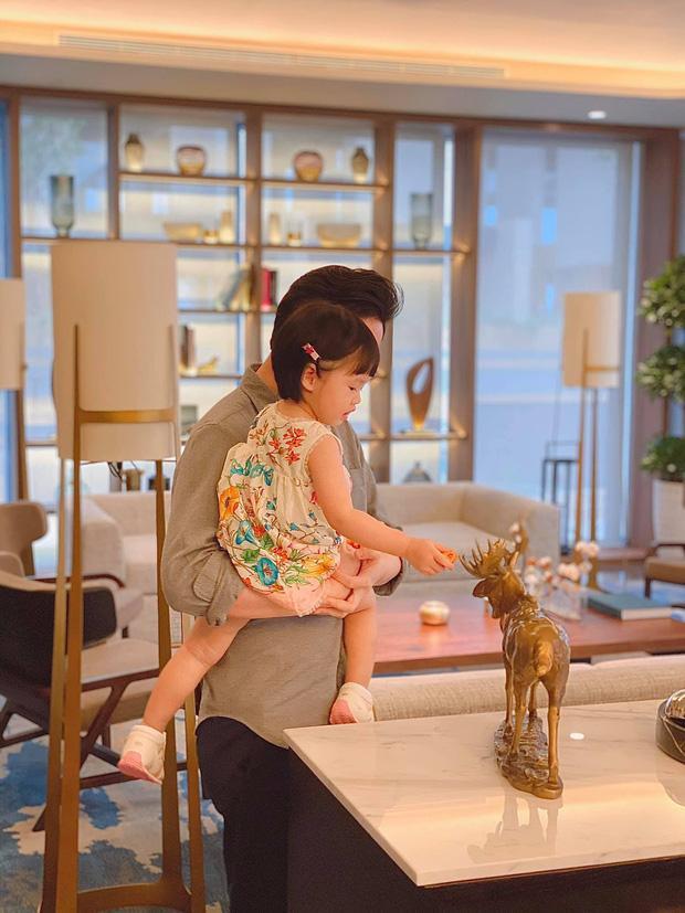 Ái nữ 2 tuổi nhà Đặng Thu Thảo gây sốt với khoảnh khắc mát-xa cho bố-4