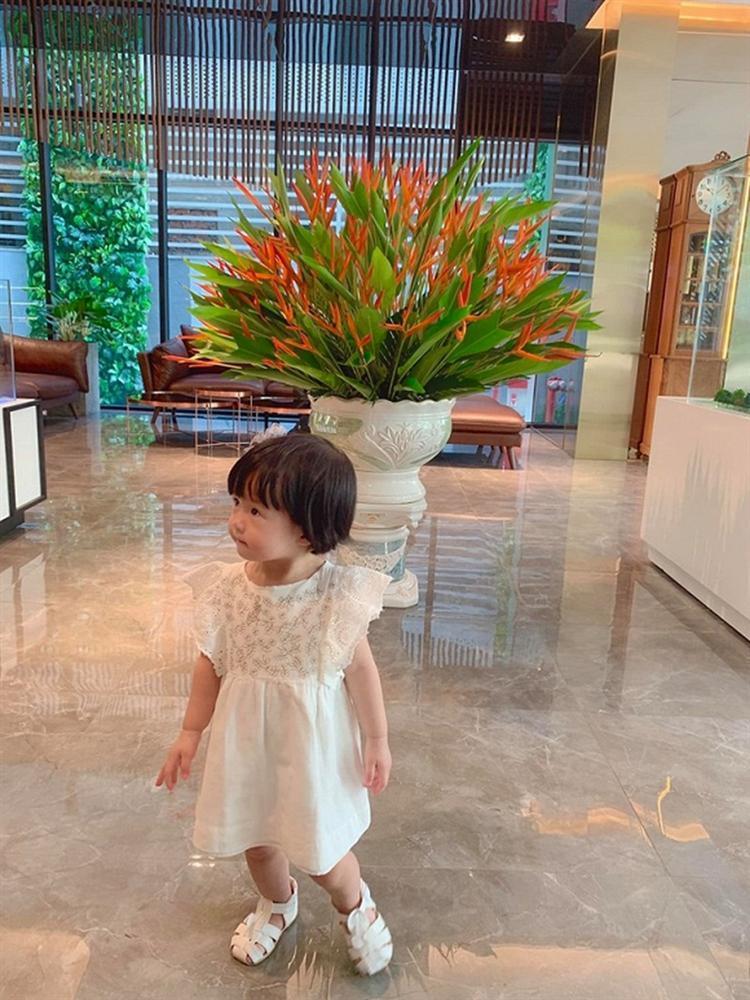 Ái nữ 2 tuổi nhà Đặng Thu Thảo gây sốt với khoảnh khắc mát-xa cho bố-5