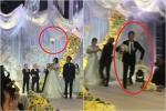Giành được hoa cưới, chàng trai chạy thục mạng làm chú rể liêu xiêu trên sân khấu
