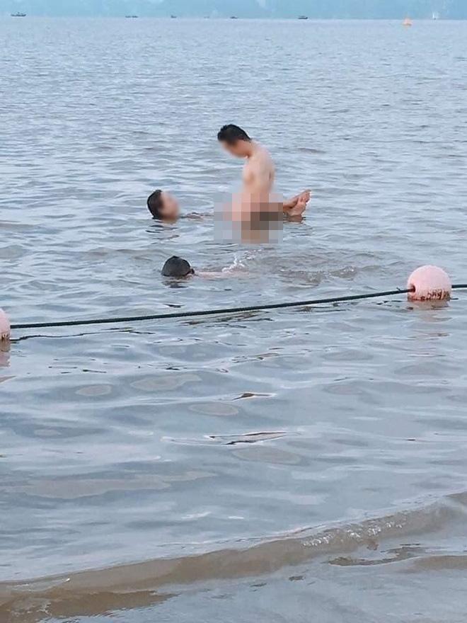 Cặp đôi thản nhiên diễn cảnh nóng trước mặt du khách khi đi tắm biển-2
