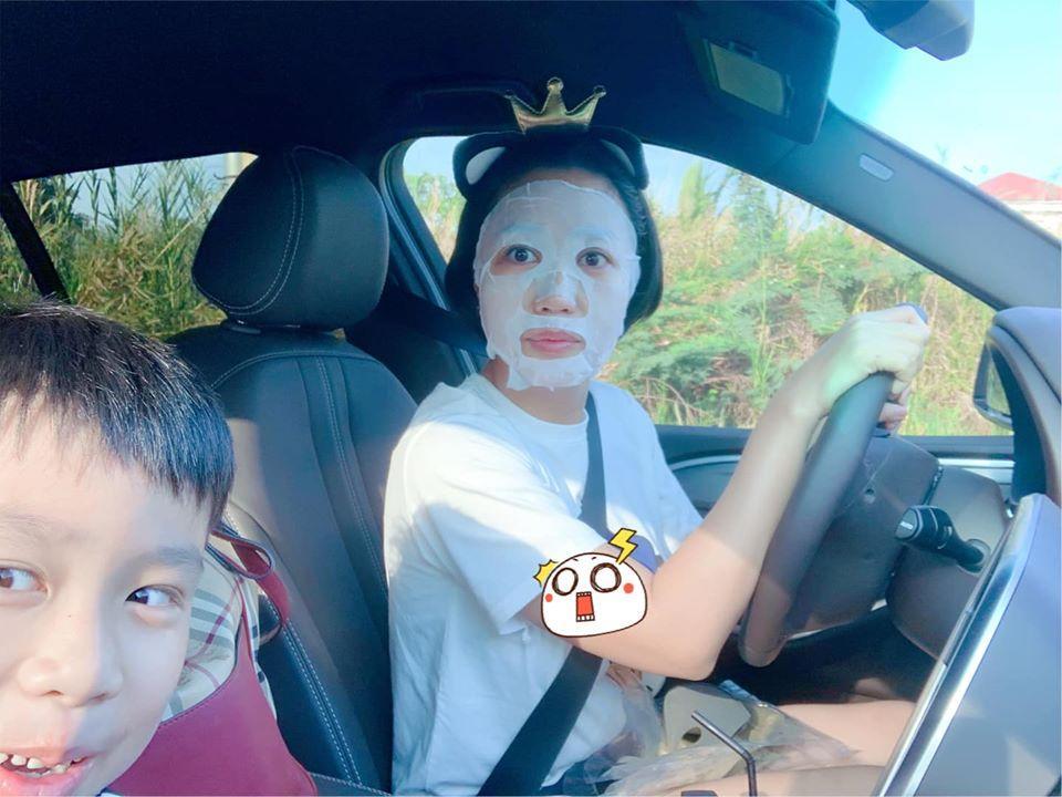 Best tranh thủ: Ốc Thanh Vân vừa đưa con đi học vừa đắp mặt nạ-1