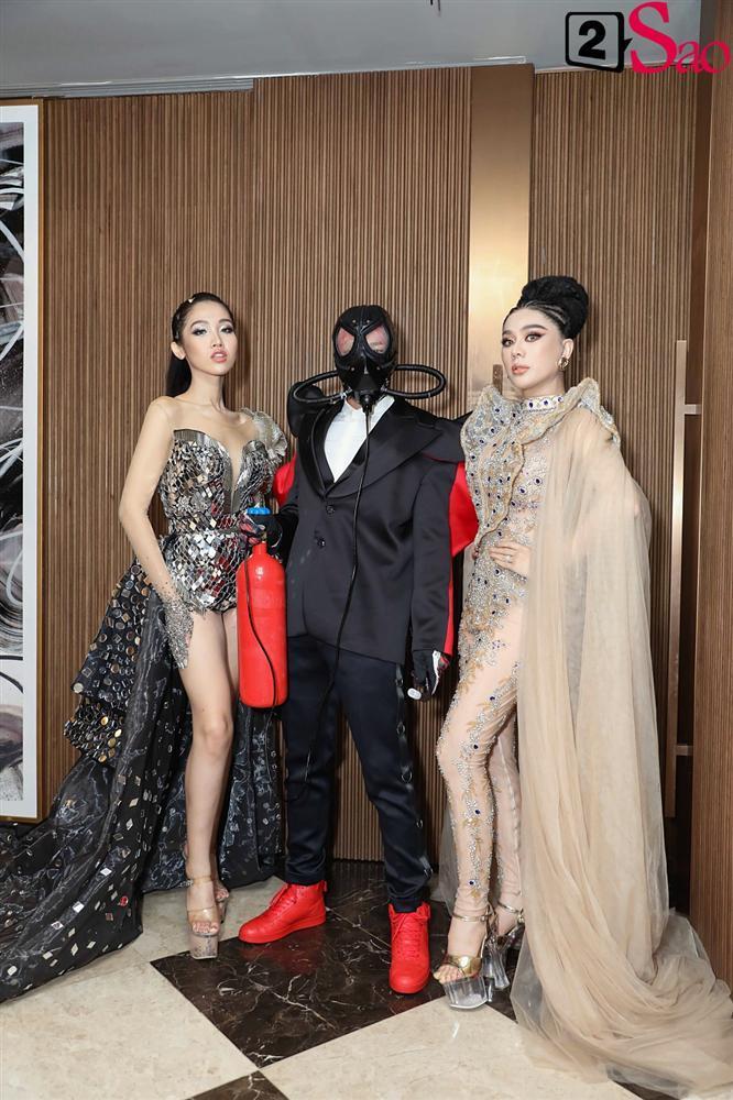 THẢM ĐỎ SIÊU LỐ: Lâm Khánh Chi đội chim giả, Dược sĩ Tiến ôm bình dưỡng khí-1
