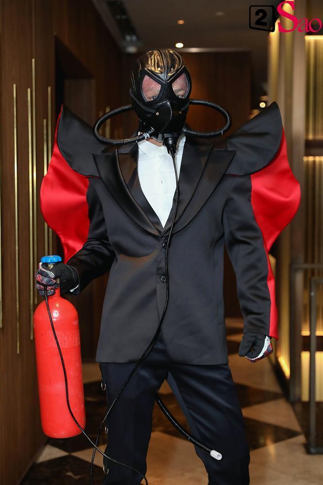 THẢM ĐỎ SIÊU LỐ: Lâm Khánh Chi đội chim giả, Dược sĩ Tiến ôm bình dưỡng khí-5