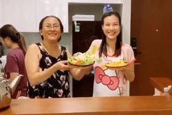 Bà bầu Hoàng Oanh khoe mẹ ruột nấu ăn ngon hết nấc, sợ con gái đụng đâu hỏng đấy