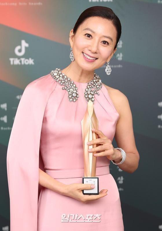 Thế giới hôn nhân, Hạ cánh nơi anh thắng giải Baeksang 2020-4