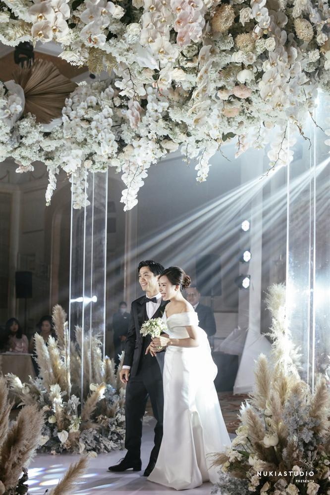 Bất ngờ về áo dài và váy cưới vợ Công Phượng mặc trong ngày đính hôn-4