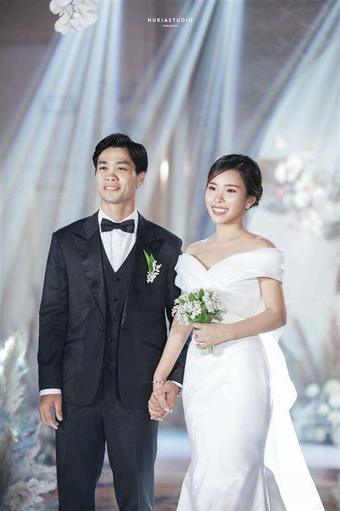 Bất ngờ về áo dài và váy cưới vợ Công Phượng mặc trong ngày đính hôn-6