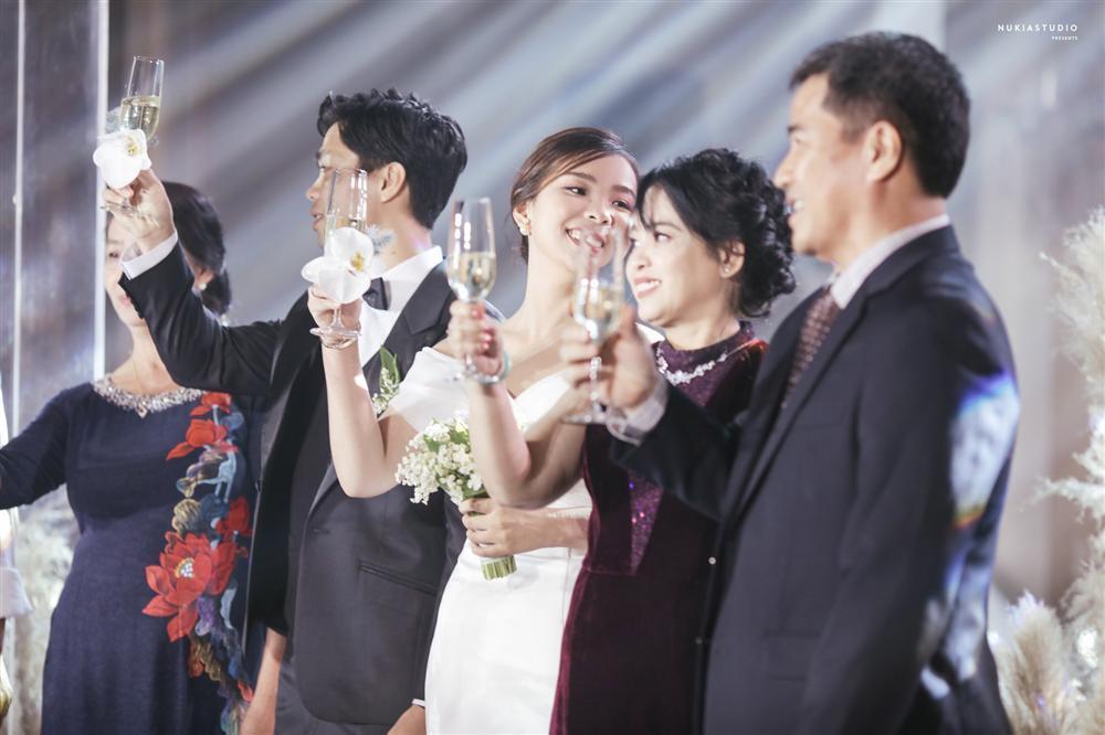 Bất ngờ về áo dài và váy cưới vợ Công Phượng mặc trong ngày đính hôn-5
