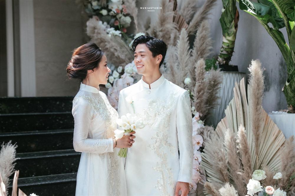Bất ngờ về áo dài và váy cưới vợ Công Phượng mặc trong ngày đính hôn-2