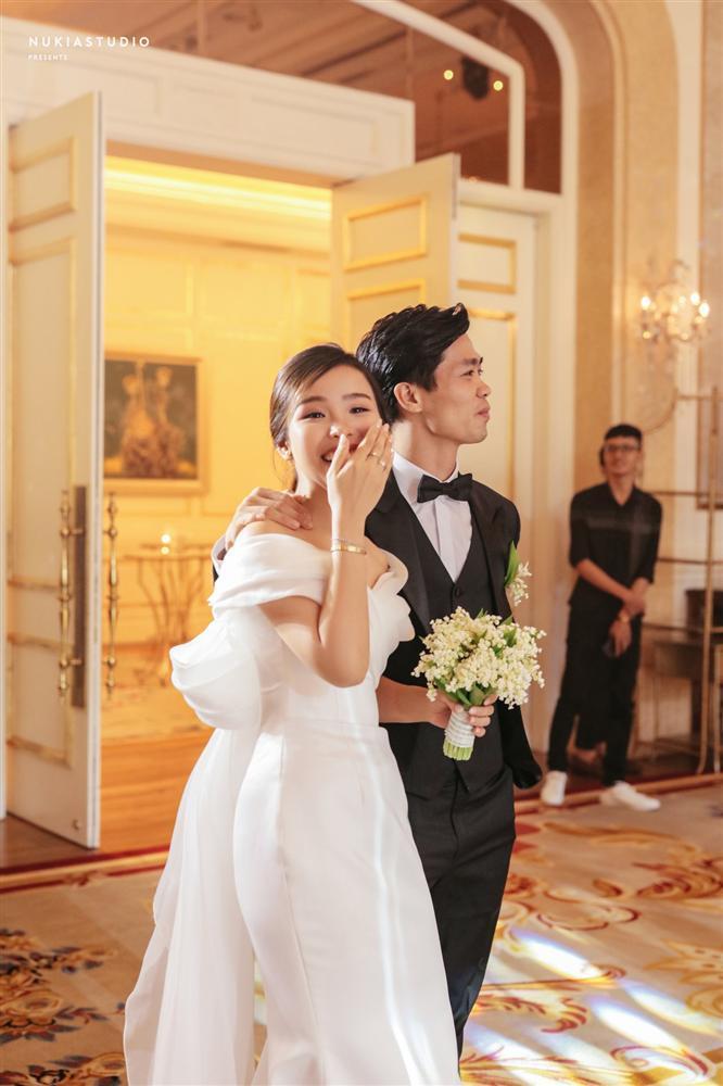 Bất ngờ về áo dài và váy cưới vợ Công Phượng mặc trong ngày đính hôn-7