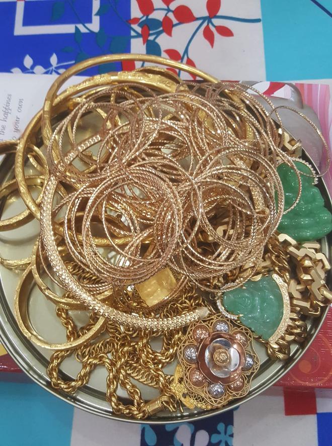 Bị đá xoáy đeo vàng đểu, cô Minh Hiếu khoe luôn hộp hơn trăm cây vàng-4
