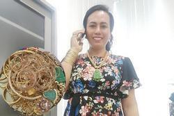 'Cô Minh Hiếu' làm ai cũng choáng váng khoe cả hộp hơn trăm cây vàng khi bị mỉa mai đeo hàng 'fake'