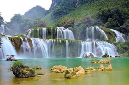 Thác nước Việt Nam đẹp như dải lụa trời nhìn từ trên cao