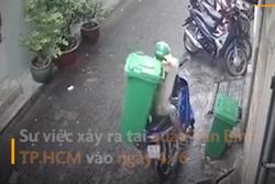 Tên trộm lợi dụng trời mưa ngang nhiên trộm thùng rác