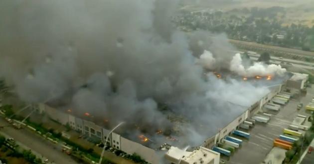 Hỏa hoạn thiêu rụi kho hàng khổng lồ 1,1 triệu m2 của Amazon ở Mỹ-1
